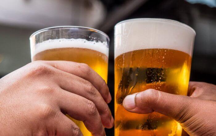 bere birra artigianale in boccali